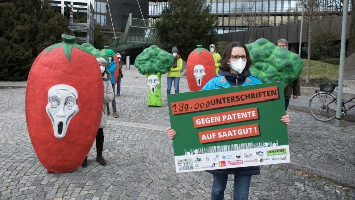 Übergabe von 180.000 Unterschriften gegen Patente auf Saatgut!