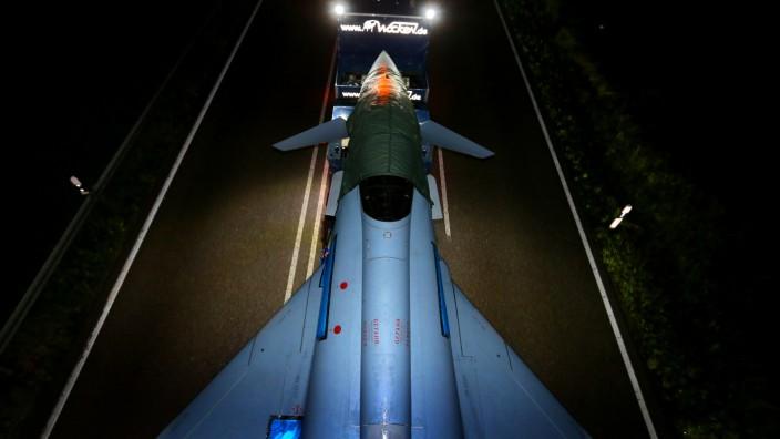 """Ein """"Eurofighter"""" auf einem Tieflader auf der für den Verkehr gesperrten Bundesstraße 12."""