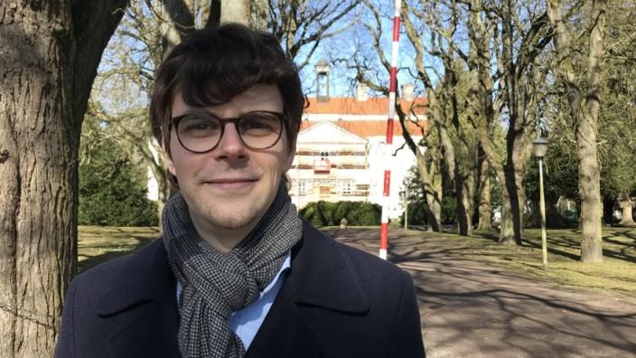 Georg Günther vor dem Barockschloss Griebenow, für dessen Renovierung er sich engagiert.