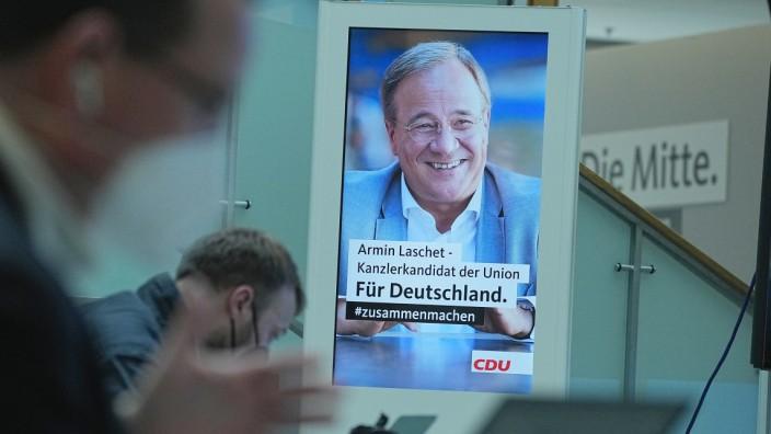 Ein Wahlplakat des CDU-Vorsitzenden und Kanzlerkandidaten, Armin Laschet, im Konrad-Adenauer-Haus in Berlin.