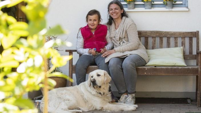 Höhenkirchen, links Frieda von Haas mit ihrer Mutter Nicole von Haas und dem Hund Esco, Foto: Angelika Bardehle