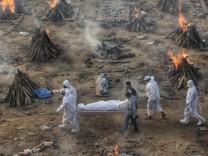 NEW DELHI, INDIA - APRIl 23: COVID-19 victims being cremated at Seemapuri crematorium, as coronavirus cases surge acros