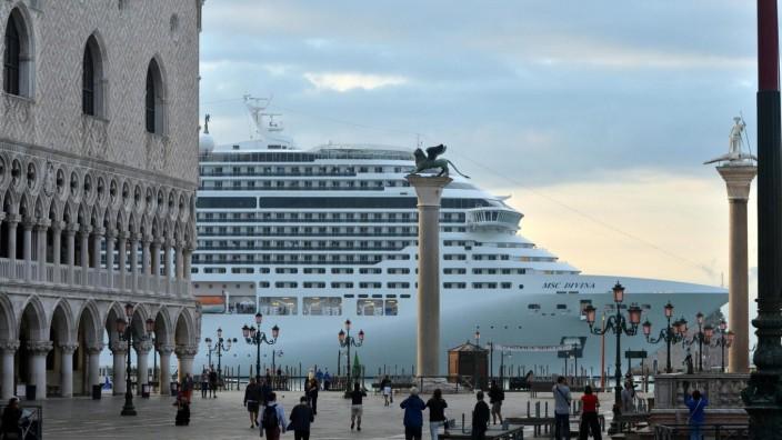 Massentourismus in Venedig - Kreuzfahrtschiff