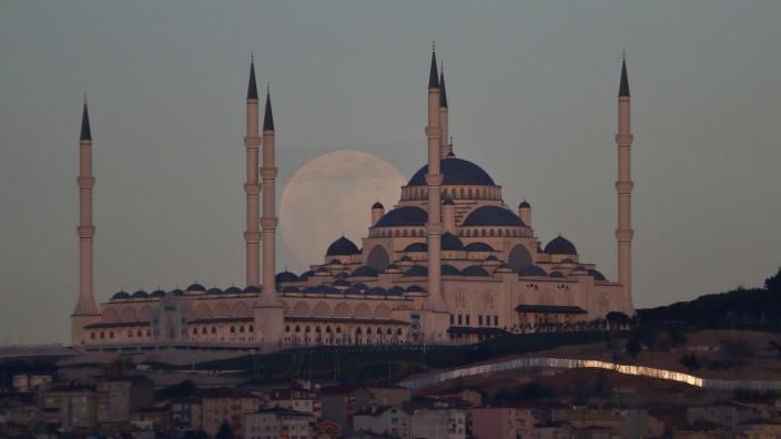 Der Vollmond geht hinter der Çamlıca-Moschee in Istanbul auf.