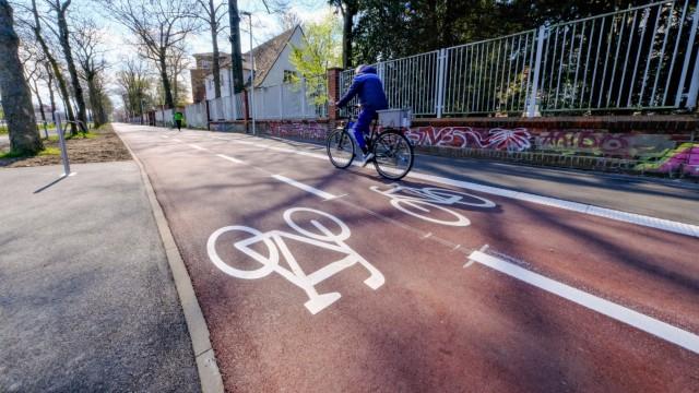 Düsseldorf 17.04.2021 Radfahrer Fahrradfahrer Radweg Fahrradweg Fahrrad Markierung roter Belag autofrei Witzelstraße Fa