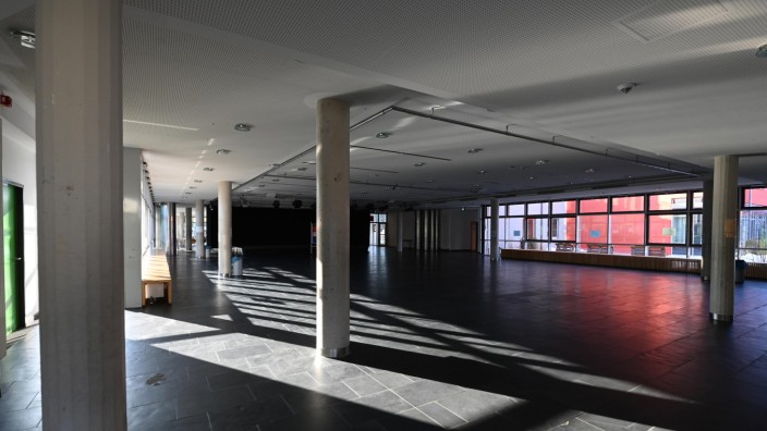 Das Carl-Spitzweg-Gymnasium in Germering ist in Zeiten des Distanzunterrichts leer. Wenn die Schulstunden in Präsenzstattfinden, werden Lehrer und Schüler vor Unterrichtsbeginn getestet.