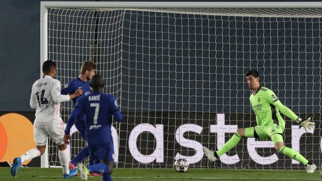 Real Madrid s goalkeeper Thibaut Courtois (R) in action against Chelsea s Timo Werner (2-L) during the UEFA Champions Le