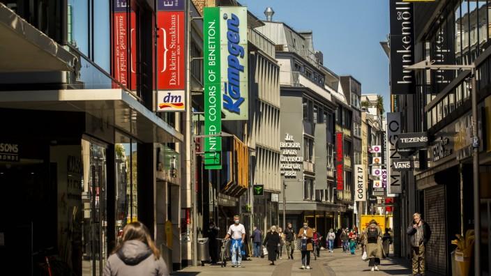 Nur wenige Menschen sind während der Coronapandemie im April 2021 in der Kölner Innenstadt - hier auf der Hohe Straße -