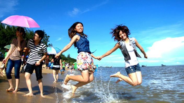 Urlauber an einem Strand in China