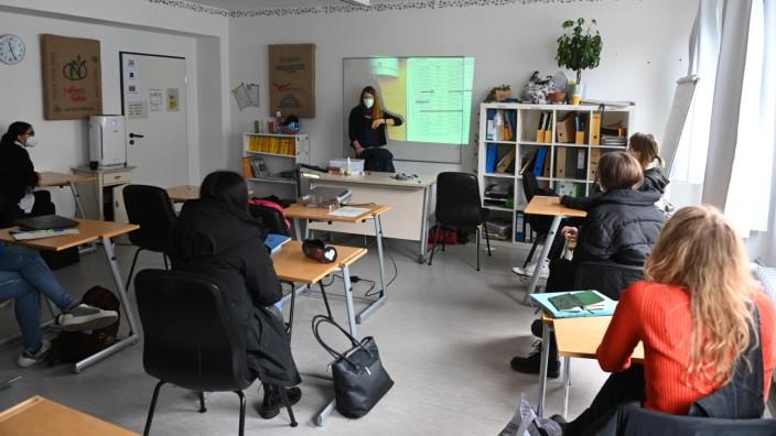 Campus di Monaco: Laptop-Mangel erschwert das Homeschooling. Schülerinnen und Schüler der Montessorischule an der Schwanthalerstraße freuen sich über Präsenzunterricht.