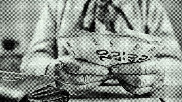 Hand einer Seniorin mit Euroscheinen, zählt ihr Geld, Deutschland, Europa *** Hand of a senior citizen with euro notes