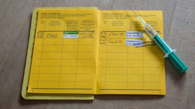 Nuernberg, Deutschland 23. Januar 2021: Ein Impfausweis liegt auf einem Tisch, in dem Impfbuch sind zwei Impfungen für C