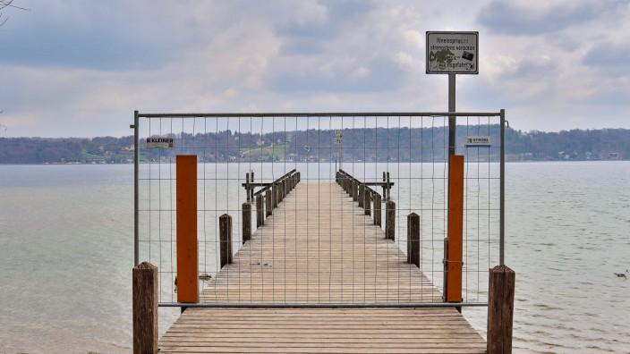 Possenhofen, Deutschland 19. April 2021: Der Steg 1, am Starnberger See, ist wegen dem Lockdown zur Bekämpfung der Coron
