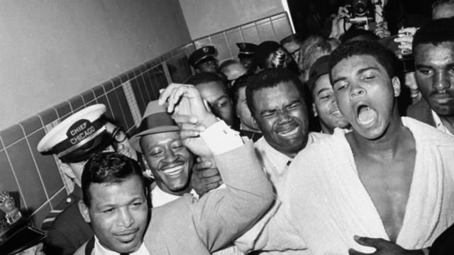 """100. Geburtstag von Boxer Sugar Ray Robinson: """"I am here with Sugar Ray!"""" Robinson half dem jungen Muhammad Ali, der damals noch Cassius Clay hieß, vor dessen Kampf gegen Weltmeister Sonny Liston, seine Beinarbeit zu verbessern."""