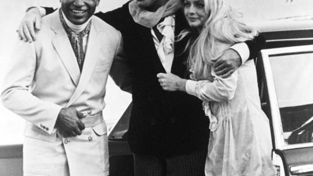 """100. Geburtstag von Boxer Sugar Ray Robinson: Immer elegant: Auch als Teil des internationalen Jet-Set machte Sugar Ray Robinson eine gute Figur, wie 1968 bei Dreharbeiten in Rom für den Film """"Candy"""" mit Richard Burton und der Schwedin Ewa Aulin."""