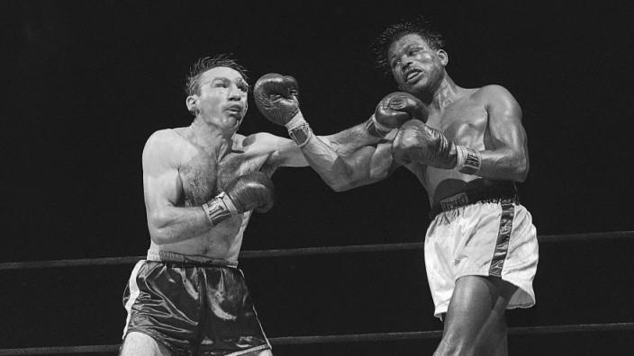 100. Geburtstag von Boxer Sugar Ray Robinson: Offensiv und defensiv, Sugar Ray Robinson (rechts) konnte beides. Meist reichte ihm ein kurzer Aufwärtshaken. Er war aber auch hart im Nehmen.