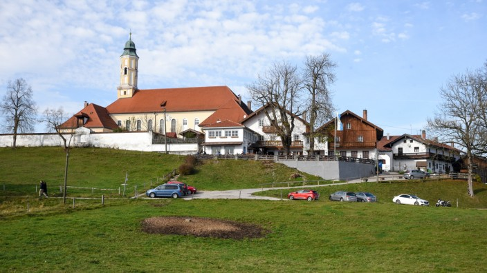 """In Sachsenkam: So, nämlich ohne Baugerüst, wird man den Kirchturm des Klosters Reutberg länger nicht sehen. Denn die lange geplante Sanierung der Wallfahrtskirche """"Mariä Verkündigung"""" hat begonnen."""