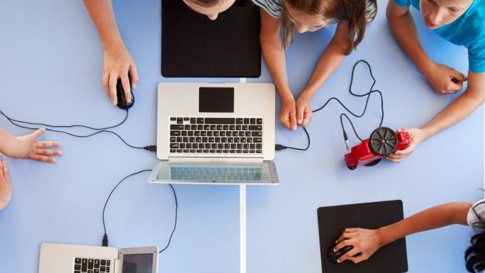 schüler,roboter,programmieren *** school children,robot,programming mmq-xlm,model released, Symbolfoto