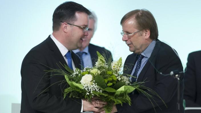 Dr Stephan OSNABRUEGGE Osnabrügge neu gewaehlter DFB Schatzmeister bekommt BLumen von Dr Rainer; DFB Koch Osnabrügge