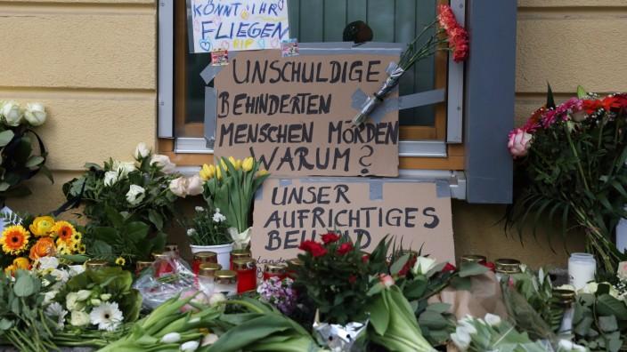 Blumen und Kerzen am Babelsberger Oberlinhaus, wo am Vorabend vier behinderte Menschen gewaltsam getötet worden, Potsda