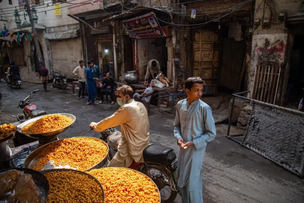 *** BESTPIX *** Pakistan Army Enforces Lockdown To Prevent Spread Of Covid-19