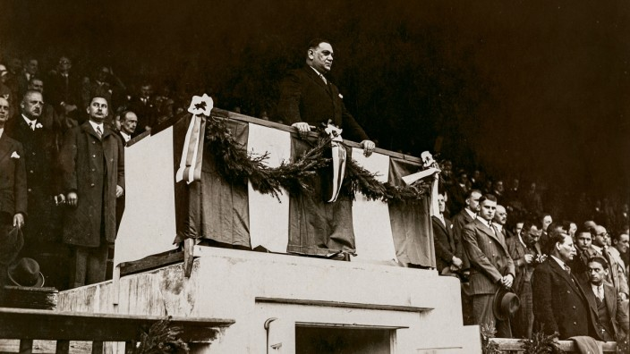 Kurt Landauer bei der Rede zum 30. Jubiläum des FC Bayern, 1930.