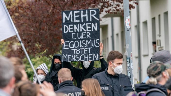01.05.2021, Berlin, Deutschland, GER - Demonstration von Corona-Regel Gegnern in Berlin Lichtenberg am 01.05.2021. Im B