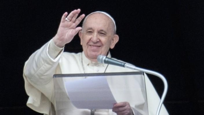 April 18, 2021 : Pope Francis recites Regina Caeli noon prayer in St. Peter s Square in the Vatican. PUBLICATIONxINxGER
