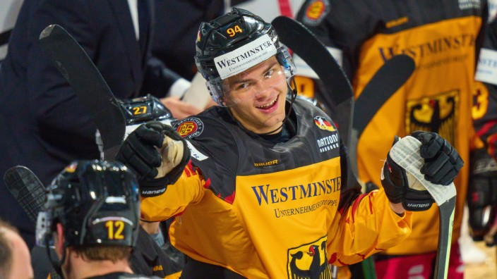 John PETERKA, DEB 94 celebrates his goal, happy, laugh, celebration, 3-1 with assist Laurin BRAUN, DEB 12 at the match G; Eishockey
