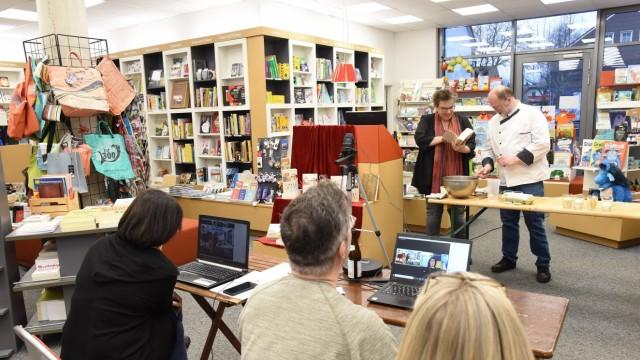 Literatur: Während der Pandemie hat Nicola Bräunling eine Backshow-Lesung mit Martin Schönleben organisiert