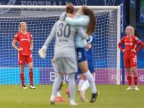 Enttäuschung beim FC Bayern, Carina Wenninger (FCB, 19), Hanna Glas (FCB, 5), Freude bei Chelsea FC, 02.05.2021, London