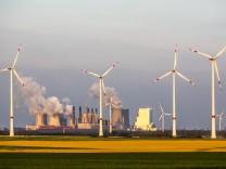 Windenergie Anlagen Windpark bei Jackerath RWE Power Braunkohlenkraftwerk Neurath Deutschland