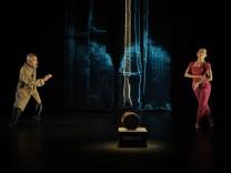 Szene aus Theateraufführung ´Die Seidentrommel