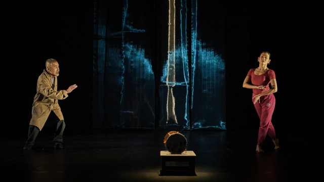 """Szene aus Theateraufführung ´Die Seidentrommel"""""""