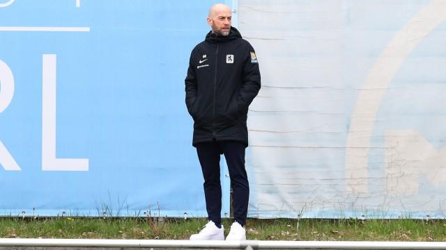 Geschaeftsfuehrer Guenther Gorenzel beobachtet das Training GER, Training TSV 1860 Muenchen, Fussball, 3.Bundesliga, Sai