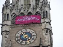 Protestbanner gegen Abschiebungen nach Afghanistan am Rathausturm in München, 2020