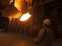 Einfuellen von Eisenschrott aus einem Konverter zur Temperaturreduktion in einen Hochofen in Duisburg, Deutschland - 12