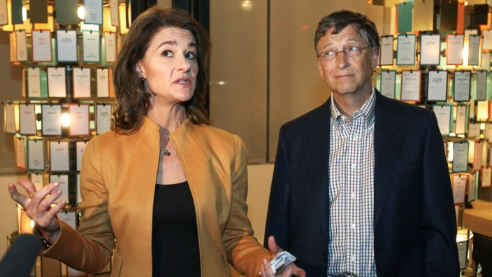 FILE PHOTO: Bill Gates and his wife Melinda give an advance media tour of the Bill and Melinda Gates Foundation campus' visitor center in Seattle