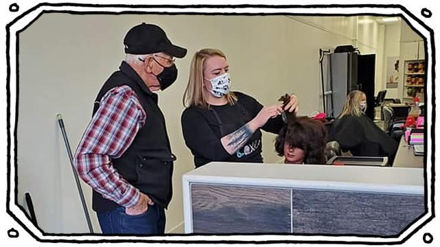 Partnerschaft im Alter: 79-Mann nimmt bei Friseurin Carrie Hannah Haar- und Make-up-Unterrichtum um seiner Frau bei der Pflege zu helfen