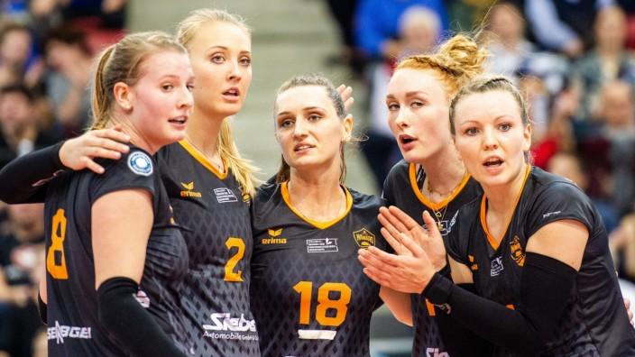 Sport Bilder des Tages Enttaeuscht: Magdalena Gryka (NAWARO Straubing 18) / Celin Stoehr (NAWARO Straubing 2) / Julia Sc