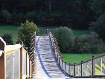 Die Holzbrücke Tatzlwurm ist eine Sehenswürdigkeit von Essing *** The wooden bridge Tatzlwurm is a sight of Essing 10462; Radschwerpunkt: Altmühltal