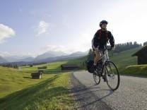 Eine Radfahrerin ist in der Region Mittenwald unterwegs.