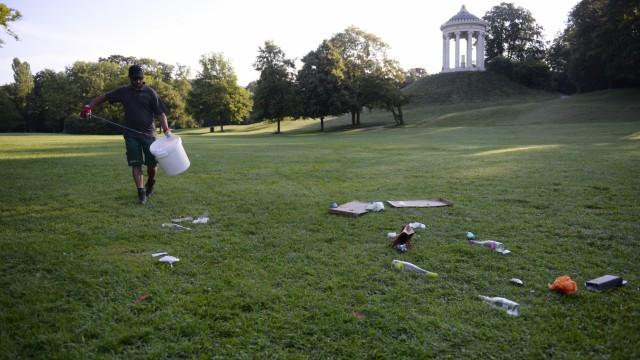 Morgendliche Müllsammlung im Englischen Garten in München, 2020