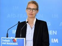 Alice Weidel bei einem Pressestatement der AfD vor der Fraktionssitzung auf der Fraktionsebene im Reichstagsgebäude. Be