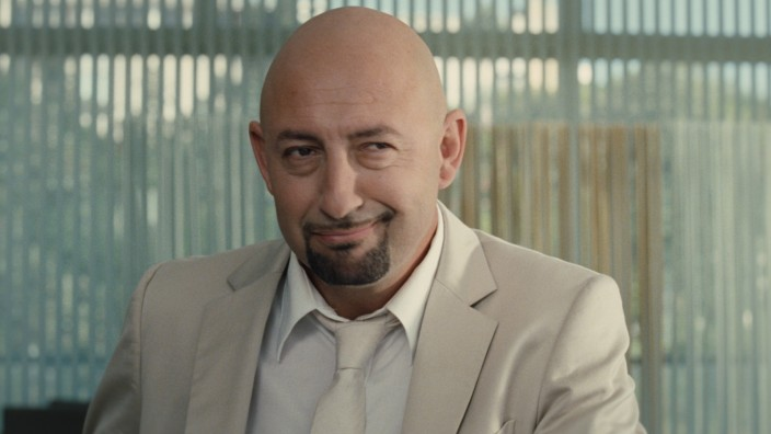 """""""Fasten auf Italienisch"""" in der SZ Cinemathek: Alles nur Fassade - mit seinem Lächeln gaukelt Mourad Ben Saoud (Kad Merad) Freunden und Frauen den Italiener vor, der er nicht ist."""