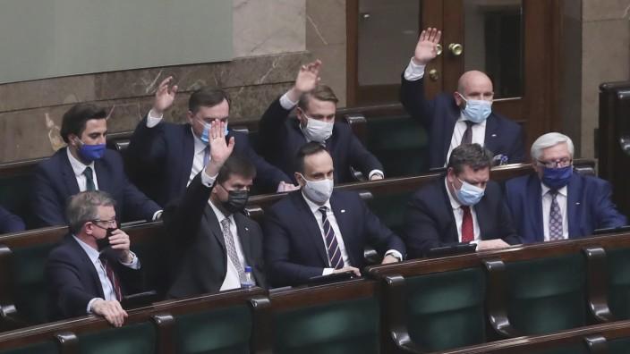 """Polen: Weil sie dagegen waren, half die Opposition: die Abgeordneten der """"Solidarna Polska"""" bei der Abstimmung im Parlament."""