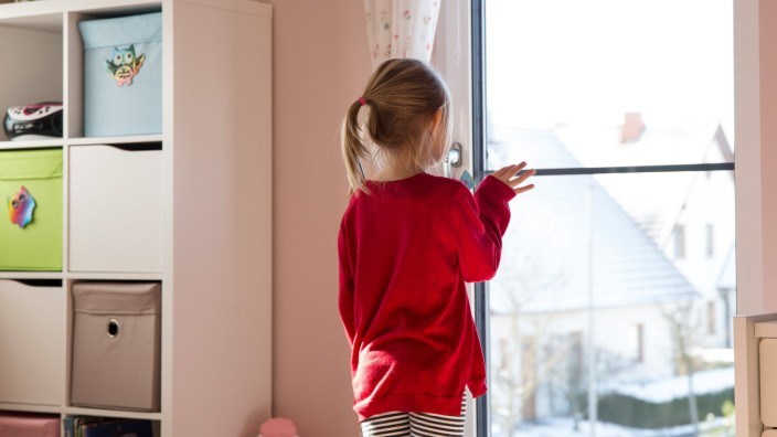 Tag der Kindersicherheit am 10. Juni Bamberg, Deutschland 12. Februar 2021: Ein kleines Mädchen steht alleine in einem Z