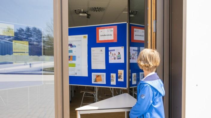Taufkirchen, Walter-Klingenberg-Realschule, statt Tag der Offenen Tür wurde eine Ausstellung im Freien bzw. durch die offenen Fenster hindurch vorbereitet,