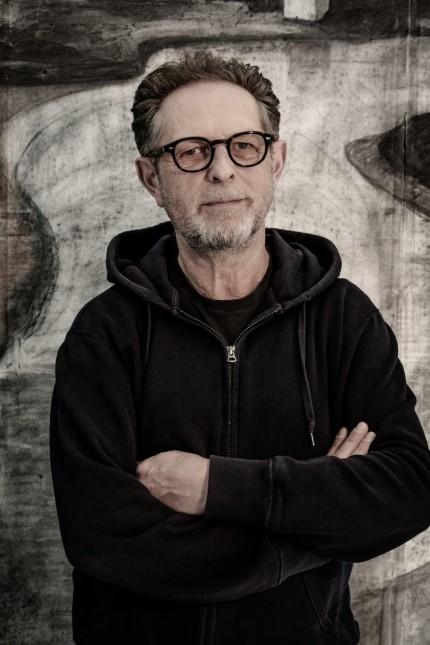 """Galerie in Rosenheim: Stellt dem Betrachter viele kritische Fragen: Herbert Nauderer, Künstler und """"Mausmann""""."""