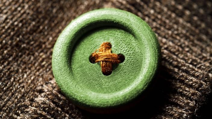 Grüner Knopf, Symbolfoto für das neue staatliche Siegel für nachhaltig produzierte Textilien *** Green button, symbol p